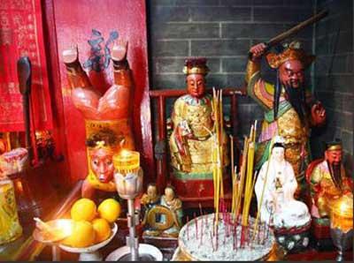 浙江供奉的有鲁班,关公等神,广东,香港,澳门,江苏海州湾则多供妈祖.