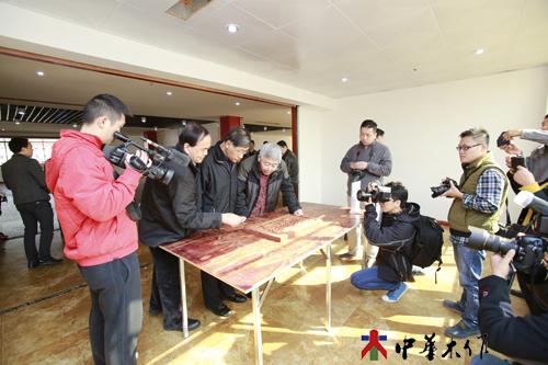 1、由中华木工委主任赵夫灜先生、北京故宫博物院研究员胡德生先生、郭文通先生等专家学者组成的评委组一进入现场便被久候于此的记者们包围了。.JPG