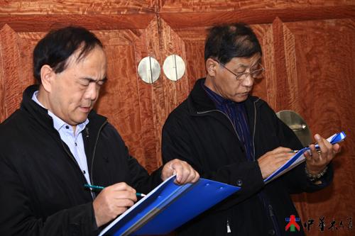 5、来自北京故宫博物院木器专家胡德生、郭文通先生为参赛作品认真打分。.JPG